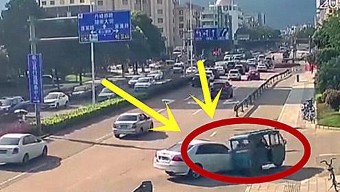 轿车女司机碰上三轮女司机,一场悲剧要上演,监控拍下惨烈画面!