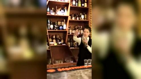 有没有喝过这杯酒,调酒师花式调酒,是个美女呦!
