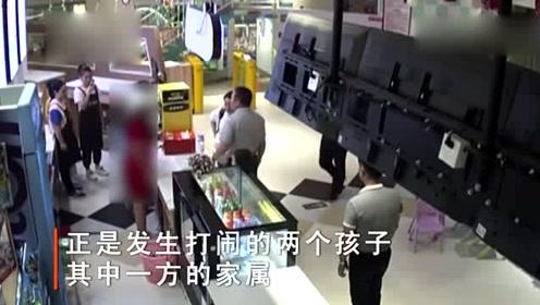 两小孩游乐园闹矛盾,家长却掌掴怀孕的女店员,导致下身流血!