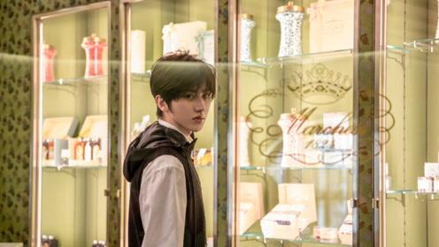 蔡徐坤米兰街头拍照被偶遇 发型清爽状态轻松少年感满满