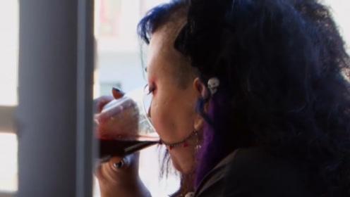 """美国女子靠""""吸血""""为生,每天喝1升鲜血,现实版吸血鬼"""