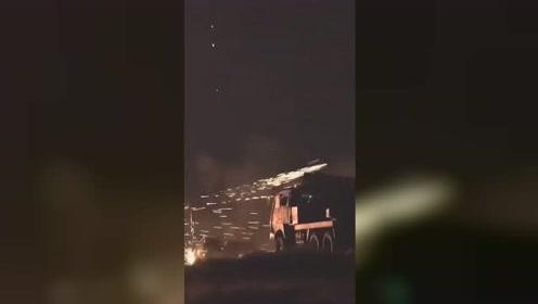 """解放军这番操作 夜空炸裂出最危险""""焰火"""""""