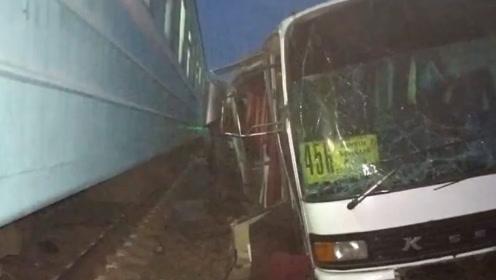 砰!大巴闯红灯被卡铁轨 遭火车猛烈撞击