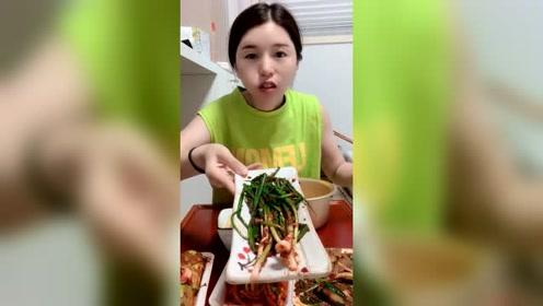 嫁到韩国的中国姑娘,入乡随俗用舀子吃饭,完全不像中国人了!