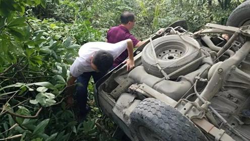 惨烈!广西桂林一中型客车翻下50米山崖,致3死11伤