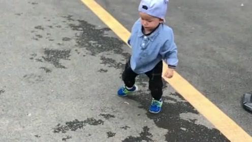 不小心摔倒的孩子,站起来擦脸的那一瞬间,简直太帅了!