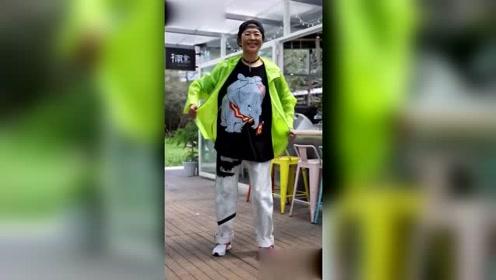 倪萍老师也玩换装秀,网友:霸气十足