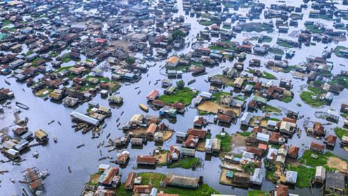 全球最大的水村,3万族人生活在水上,吃喝不愁却最怕上厕所