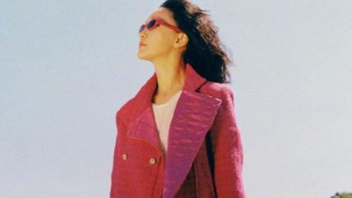 也就周迅能撑起玫红色,街拍拍出复古摩登范儿,她才是人间香奈儿