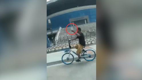 广西男子边打点滴边骑共享单车 网友:拿命在骑车