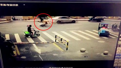 女子骑车横穿马路 奔驰避让不及将其撞飞后撞三轮