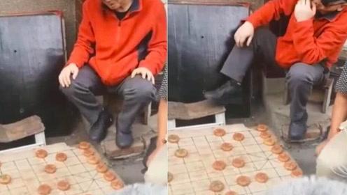 冯小刚街头坐小板凳看下棋 满头白发似农村老大爷