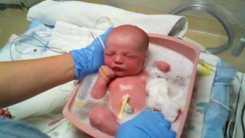外国护士这样给新生儿洗澡,宝宝舒服的一塌糊涂,值得学习