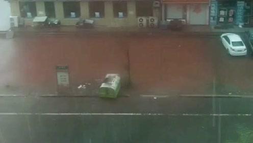 狂风暴雨的天气,老公在外面淋雨修车,看见的瞬间哭了!