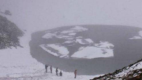 喜马拉雅山融化后,露出一个诡异湖泊,里面的东西吓坏了众人