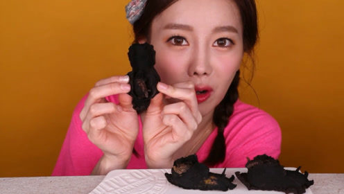 黑的轮胎一样的海蜗牛,韩国美女吃的津津有味,开眼界了