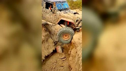 这么深的沟,硬是自己爬过去了,这汽车真强悍!
