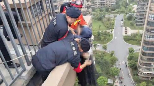 生死一秒!女子欲轻生身悬18层外 消防员来不及系绳就扑了过去