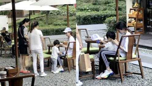 Baby素颜带儿子玩耍,小海绵坐她腿上互动温馨,杨颖略显疲惫