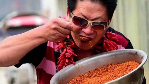 美国辣王挑战中国辣王,拿着辣椒直接开吃,厨师看的都捏把汗!