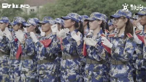 震撼!两千新生手语唱国歌,表白祖国!
