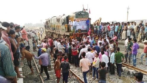 中国为他国量身打造一辆火车,吸引上万人围观,当地人乐坏了