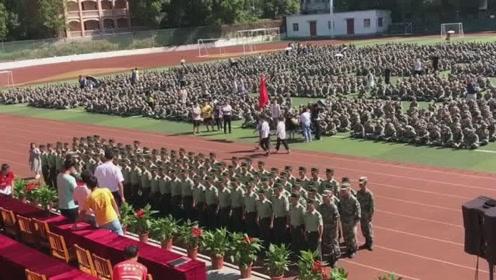 军训教官告别敬礼,相处半个月的学生忍不住起立回礼