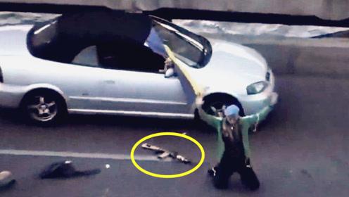 乌克兰男子扬言炸桥 警方迅速行动 男子见围捕阵仗迅速扔枪投降