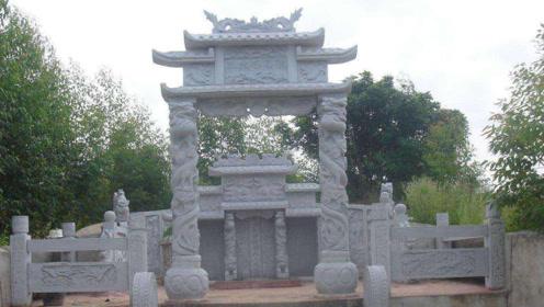 在寸土寸金的北京,闹市中有着一座坟墓,里面埋着一位河南少年