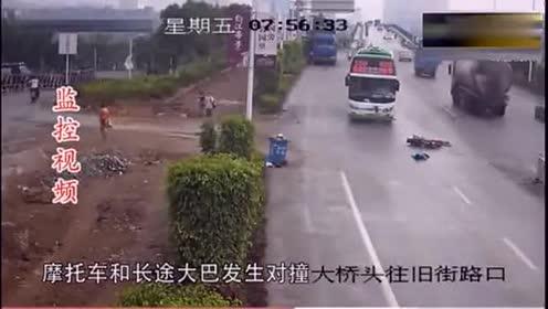 两男子骑摩托车逆行和大客车相撞!下一秒却连挣扎的机会都没有!