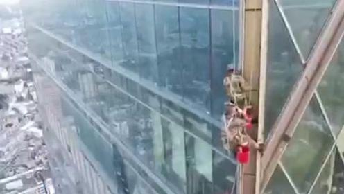 3名清洁工人被困60楼玻璃幕墙外 消防员200米高空惊魂救援