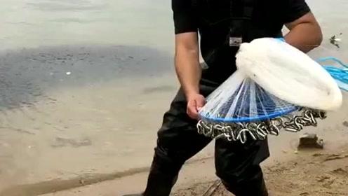 小伙子在江边遇到鱼群,一网打上万条鱼,这操作好厉害啊!