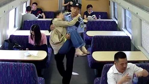 旅客列车上发病瘫倒,乘警紧急送医