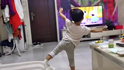 宝宝看着《小猪佩奇》跳着舞,动作太可爱,真搞不懂这家伙!