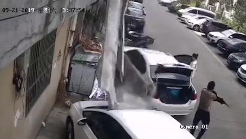 吓人!扬州一公寓楼顶水泥块突然脱落!监控看得直冒冷汗