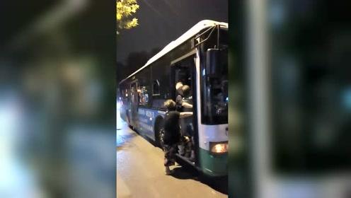 公交车上的老人:我走了不,你们也别想走