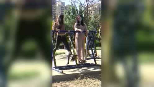 小姐姐示范健身器材的正确使用方法哈哈哈,旁边的妹子一脸懵逼