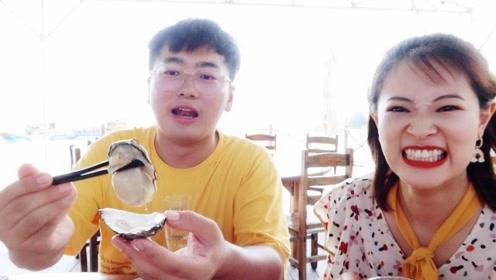 在海上吃生蚝,45元一打,配柠檬生吃太爽了!