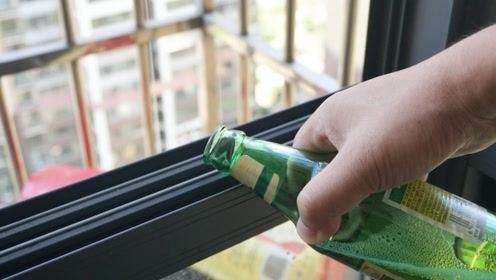 把啤酒倒在窗台缝隙上,没想到有这样妙用,解决好些家里人的苦恼