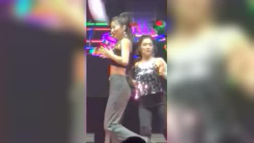 女团跳着跳着舞,姜涩琪假发片掉了!