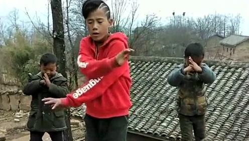 村里小伙们自学的鬼步舞,听说跳得不错,一起来看看吧!