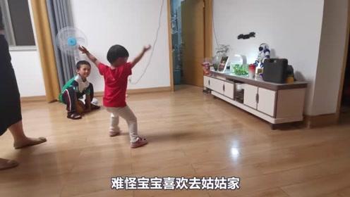 2岁的孩子去姑姑,感觉像变了一个人,舞蹈天赋都展示了!