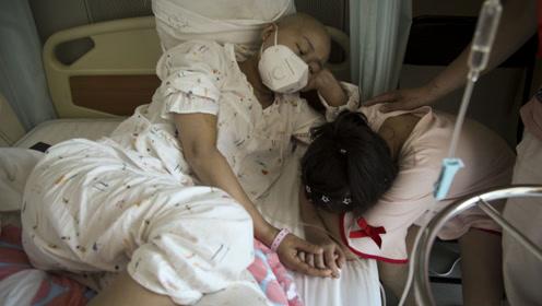 9岁女孩暑假结束给重症母亲洗脚告别,母亲哭诉:我不是好妈妈