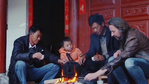 国外一小伙爱上中国,去偏僻小村开饭馆名声大振,吸引了很多游客