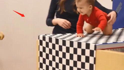 """美国专家让婴儿在""""视觉悬崖""""上爬行,网友:太残忍!"""