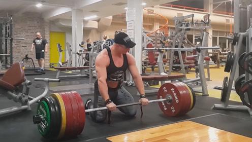 健身房里的肌肉猛男,进行玩命式杠铃硬拉,重量达到300公斤