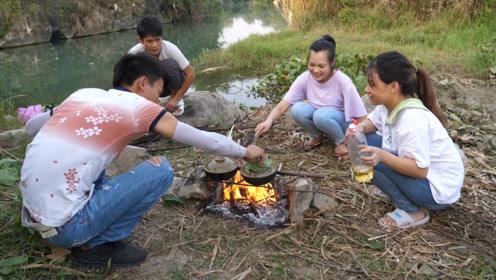 小明国庆节带表妹野炊,用野味这样煮,一人一锅吃得好过瘾