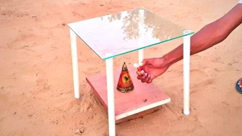 印度小伙做实验,在烟花上面放上一块玻璃,点燃后画面刺激了!