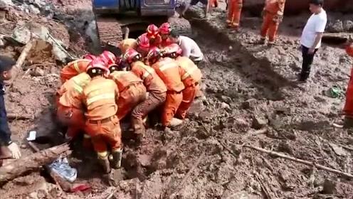 盐津山洪灾害中一失联15小时的老人获救,在缝隙中逃过一劫