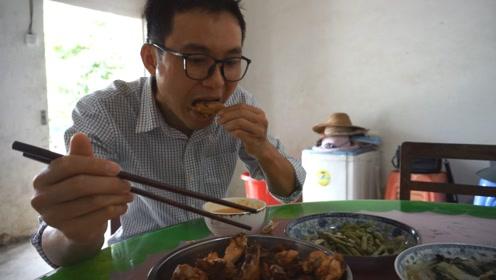 猪肉买不起只好一天一只鸡,美味山鸡脚哥快吃腻了,边吃边吐槽